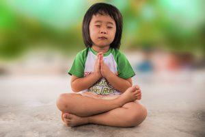 Kleines Mädchen ins Gebet vertieft