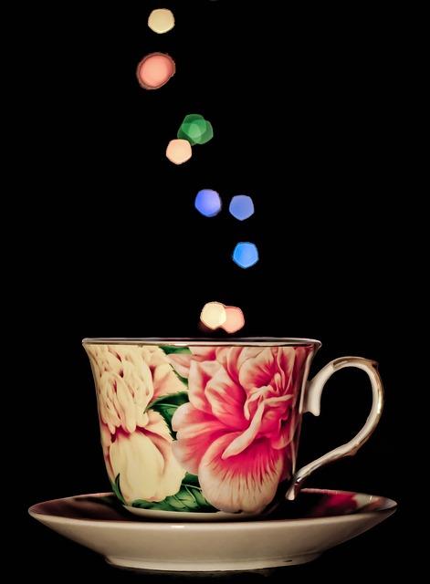 Eine Tasse, aus der bunte Bläschen hochscweben