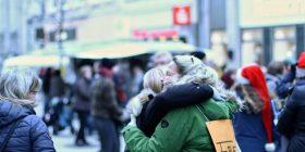 Freie Umarmung in der Fußgängerzone von Oldenburg